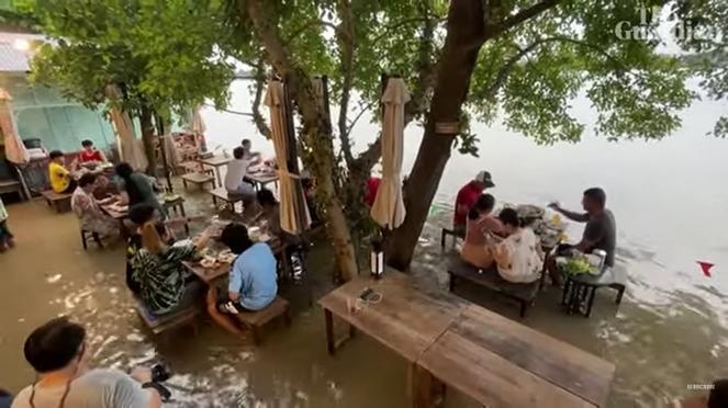 Thailandia, il successo di un ristorante in mezzo all'alluvione
