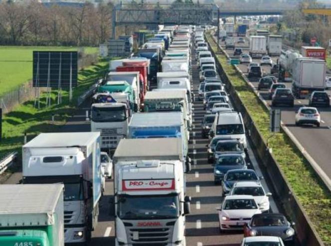 Traffico intenso e code su alcune autostrade