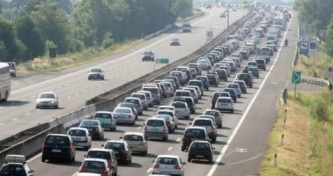 Traffico in tilt per il rientro dal ponte: lunghe code in autostrada