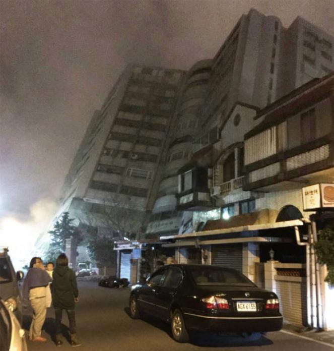 Un intero edificio, il Marshall Hotel è collassato intrappolando dozzine di persone