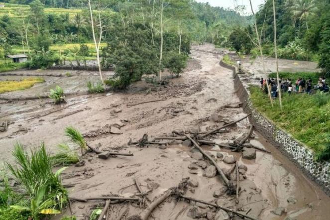 Una colata di fango vulcanico Lahar interessa la zona di Sungai