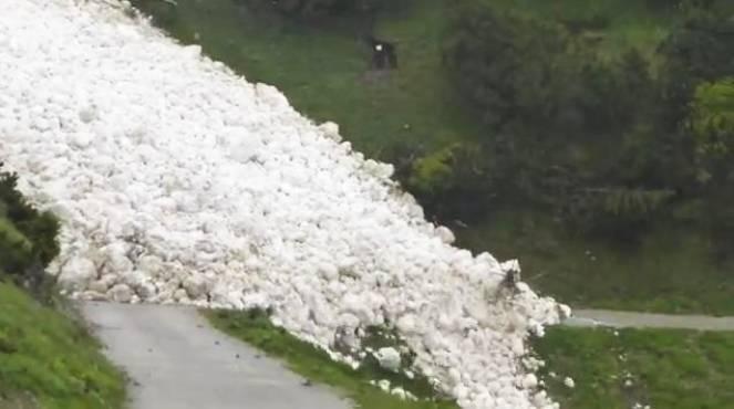 Valanga di neve bagnata nel Tirolo (Austria)