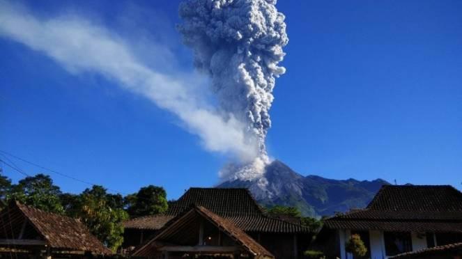 Violenta eruzione del vulcano Merapi in Indonesia