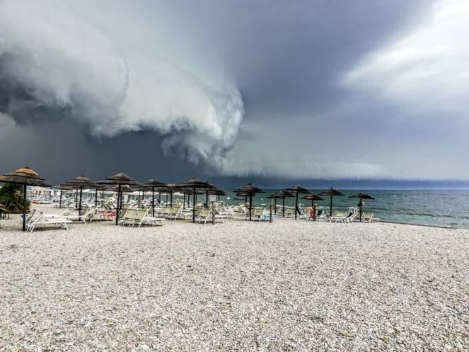 Violenti temporali, grandinate e raffiche di vento flagellano molte zone del Nord e parte del Centro (qui Pesaro)