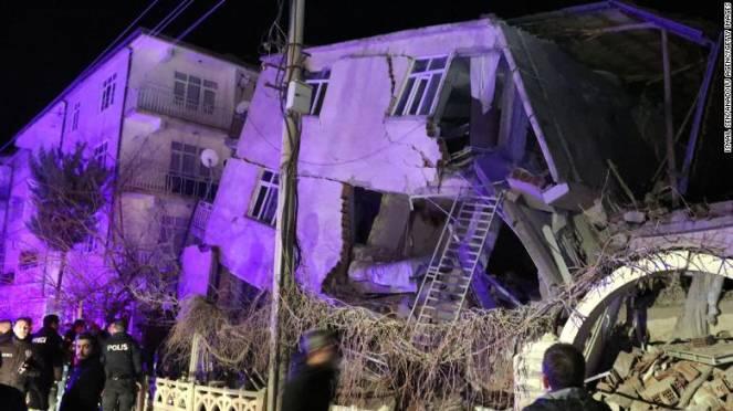 Violento terremoto in Turchia, crolli e vittime