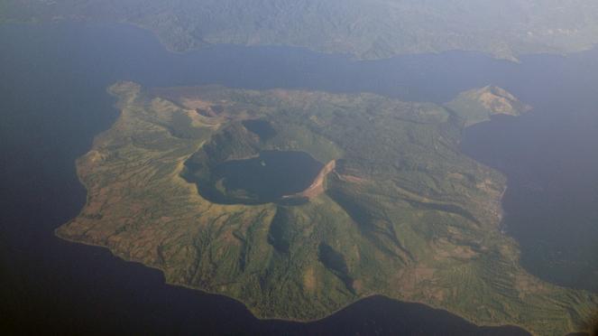 Filippine, cenere e lava dal vulcano Taal: allerta eruzione