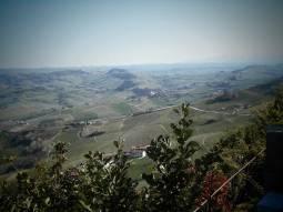 Le Langhe Barolo e le Alpi Marittime innevate viste dal belvedere di La Morra