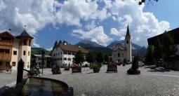 la piazza della chiesa di San Vigilio