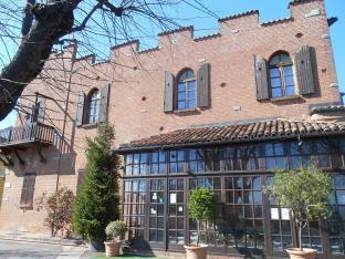 Il ristorante costruito come un castello presso La Morra