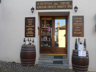 Tipico locale di rivendita dei grandi vini Piemontesi delle Langhe