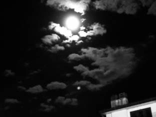 Luna tra le nuvole serata di ottobre a fermo