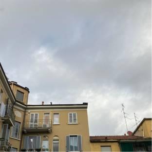 Cielo nuvoloso con aperture sparse
