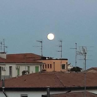 Una luna sorridente