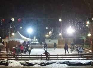La piazza la neve la pista