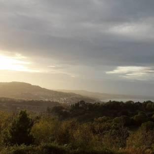 Nubi sparse con tratti di sole