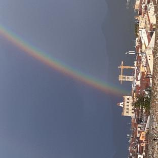 Prato con l'arcobaleno