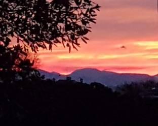 Macerata al tramonto verso i monti sibillini