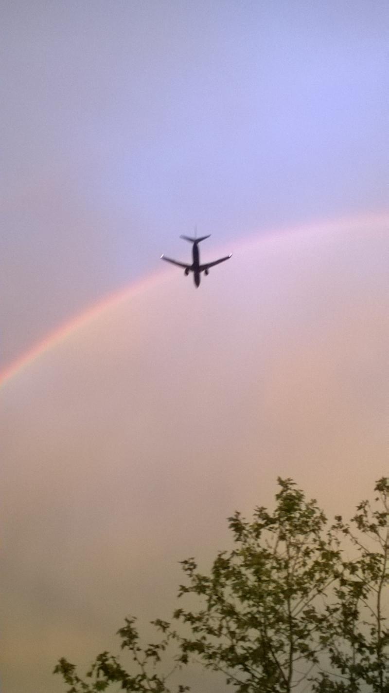arcobaleno con passaggio aereo