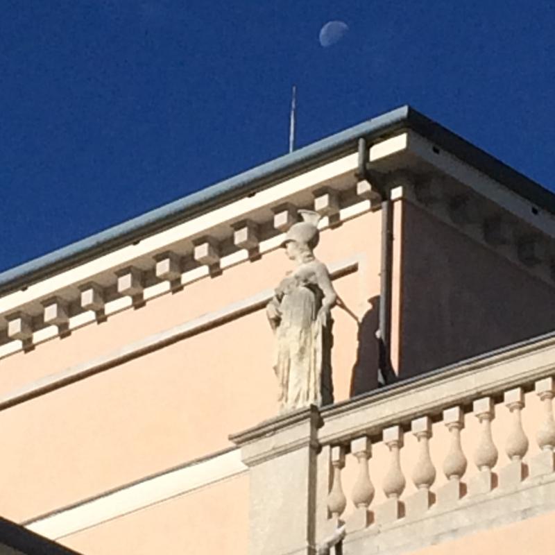 Luna sopra il tetto