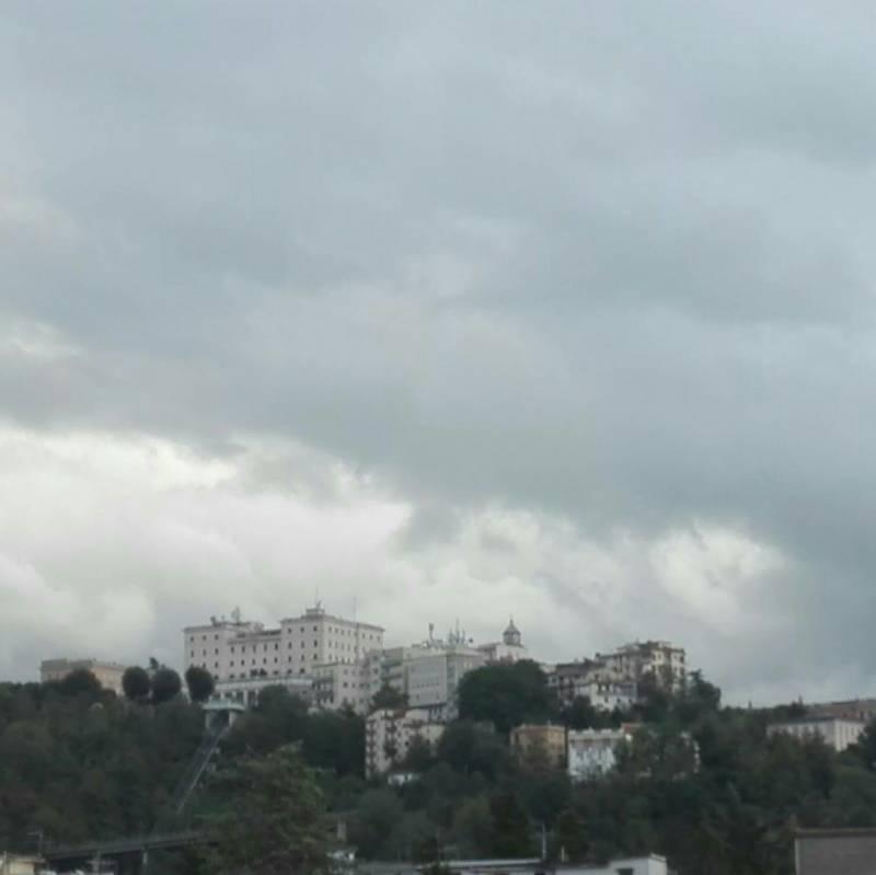 Centro storico e nuvole nere
