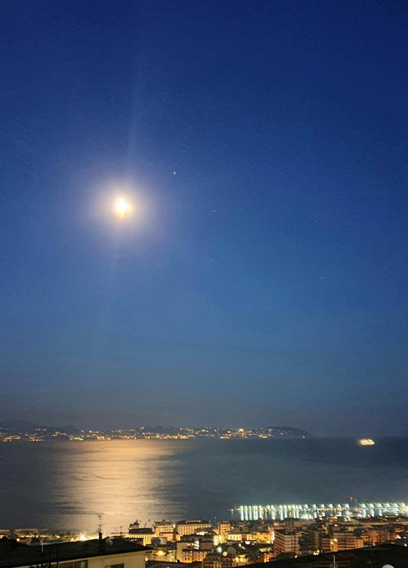 La luna si specchia nel mare di napoli