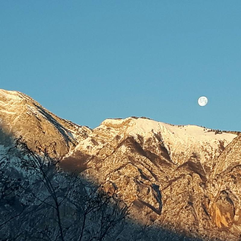 La luna illuminata dal sole del mattino