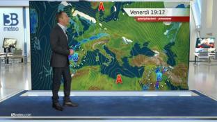 Nubi e locali pioviggini su Liguria e Valpadana; stabile e molto mite altrove...