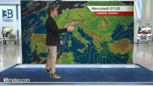 Stabile e soleggiato quasi ovunque; isolati piovaschi su Ovest Alpi e Sardegna...