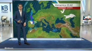 Nubi basse su Valpadana, nebbie e foschie verso il medio Adriatico. Sole altrove...