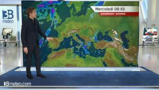 Nubi su Adriatiche e Sud, qui con locali piogge. Bello altrove, nebbie al Nord...