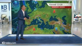 Nubi al Centronord con piogge sparse su Liguria , versante tirrenico e Romagna...