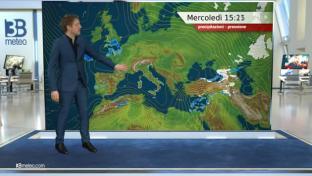Stabile e soleggiato, qualche nube su Isole Maggiori e Sud Italia. Molto mite...